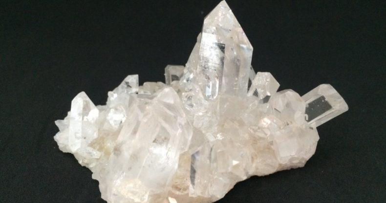 アーカンソー産水晶クラスターは神聖な輝きを放つパワーストーン